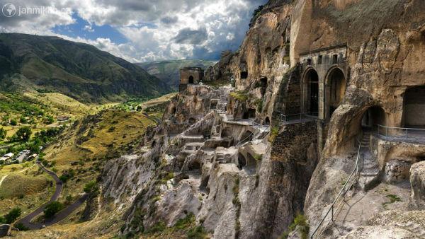The Hidden Cave City o...